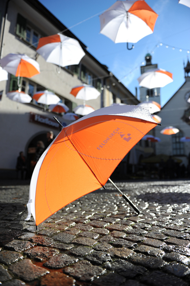 Feldkirch Regenschirme in orange-weiß